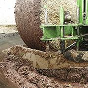 """La frangitura delle olive con il tradizionale metodo della """"molazza"""" - Frantoio Pace"""